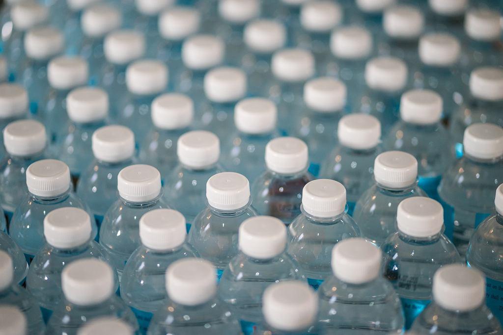 'Dom z recyklingu'. W Kanadzie powstał budynek wykonany z ponad 600 000 butelek po wodzie