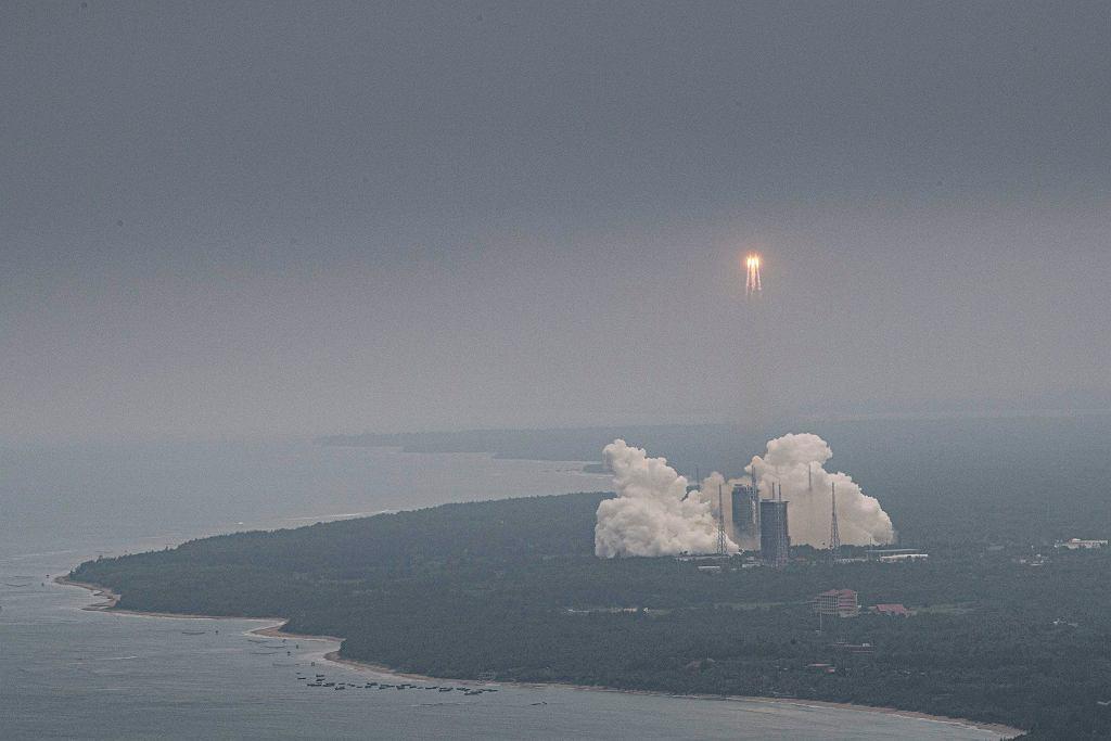 Rakieta Długi Marsz 5B wynosi w kosmos pierwszy moduł chińskiej stacji kosmicznej.