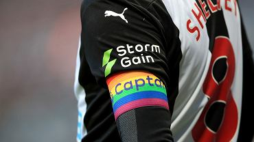 El 8/12/2019, el brazalete de capitán del arcoíris se usa en el brazo del capitán del Newcastle United, Jongo Shelvey, durante un partido de la Premier League contra Southampton.