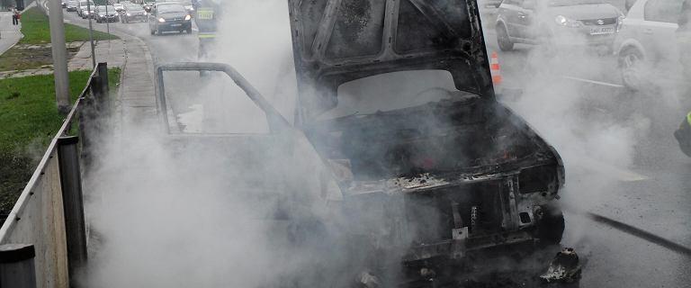 Pożar auta firmy kurierskiej w alei Wilanowskiej. Stanęło w płomieniach