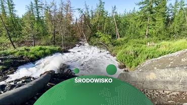 Rosja. Woda wypompowywana ze zbiornika zakładu wzbogacania metali ciężkich należącego do Nornikiel. Screen z nagrania 'Nowej Gaziety'