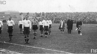 Polski zespół podczas hymnu przed meczem Polska-Jugosławia