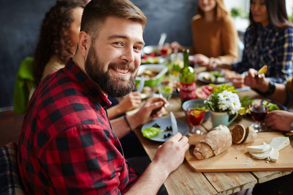 Nawet zasadniczo zdrowa dieta, pełna warzyw i owoców, może sprzyjać nadmiarowi gazów w jelitach