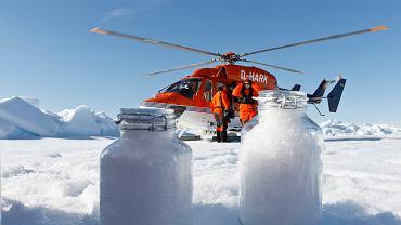 Naukowcy pobierają próbki śniegu (z plastikiem) w Arktyce