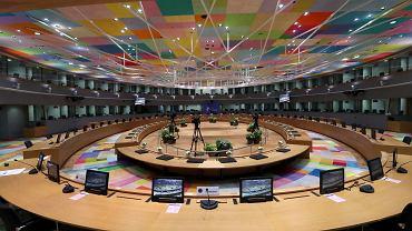 Europejscy liderzy po raz pierwszy od wybuchu pandemii koronawirusa spotkają się twarzą w twarz. Na potrzeby szczytu przygotowano specjalnie zaadaptowaną salę w siedzibie Rady Europejskiej