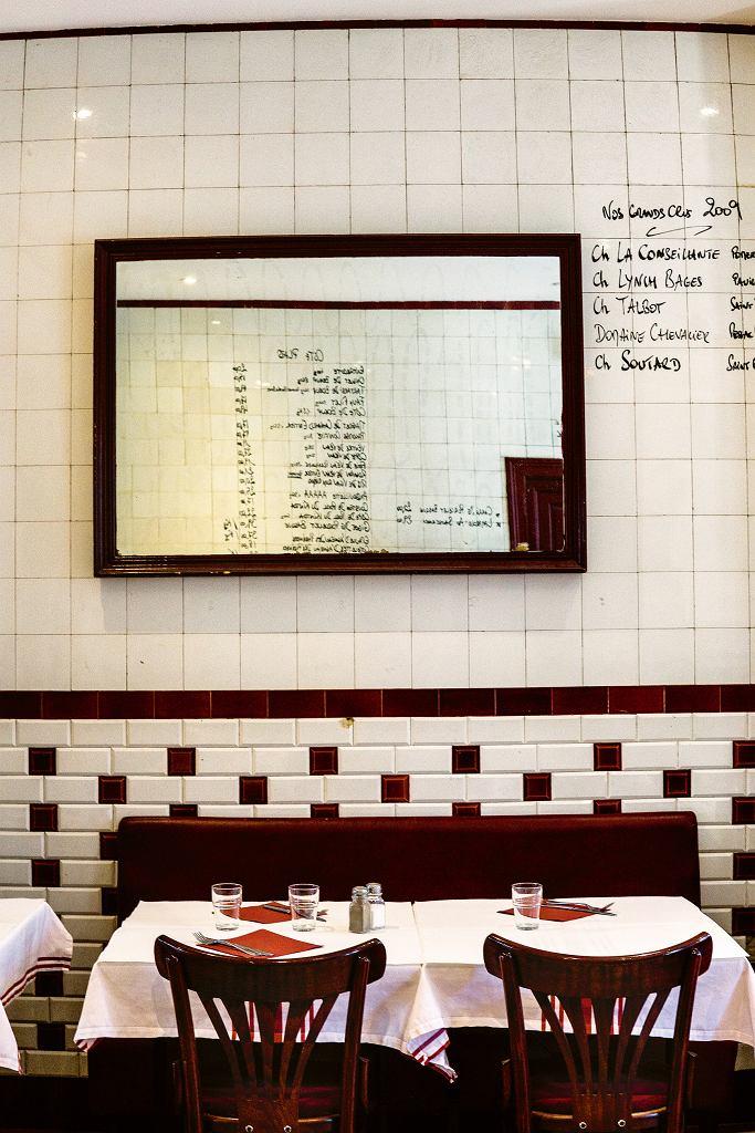 Bistro Cochon Volant - menu wypisane naścianie z kafelków