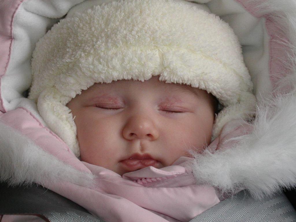 Dziecko śpiące na dworze