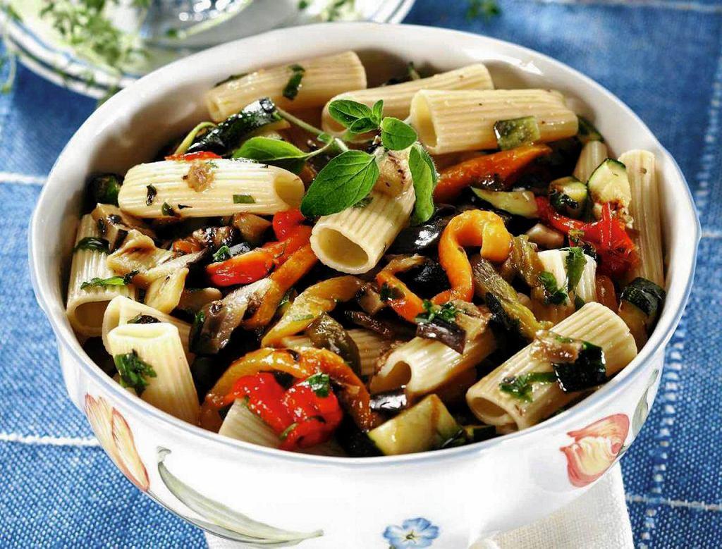 Makaron z grillowanymi warzywami, anchois i oregano