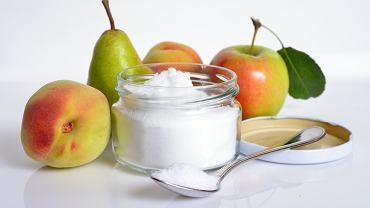 Fruktoza jest monosacharydem, czyli cukrem prostym. Naturalnie występuje w owocach i miodzie, jej niewielkie ilości spotykane są również w warzywach.