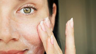 peeling do twarzy (zdjęcie ilustracyjne)