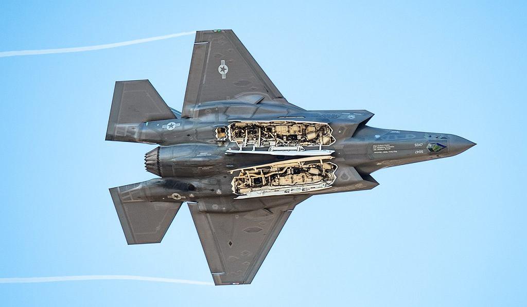 F-35 prezentuje otwarte komory na uzbrojenie. Chcąc zachować właściwości stealth, trzeba do nich schować wszystkie bomby i rakiety. Można je też dodatkowo podwiesić pod skrzydłami, ale wtedy maszyna jest znacznie łatwiejsza do wykrycia