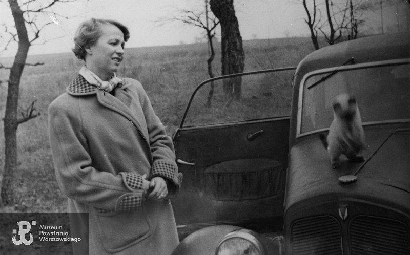 Zofia Ścibor-Rylska przy samochodzie osobowym marki DKW zaparkowanym na poboczu drogi; lata 50. XX w.