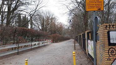 Informacja dla pieszych o braku przejścia pod wiaduktami. Na razie jednak przejść można