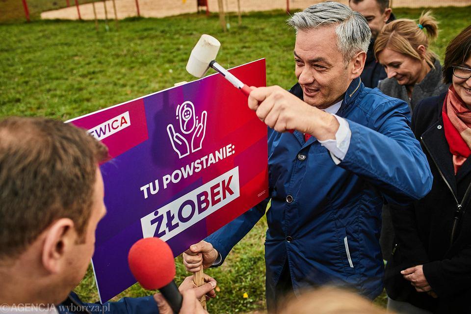 Wybory parlamentarne 2019. Robert Biedroń na konferencji lewicy w Łodzi symoblicznie rozpoczyna 'budowę przyszłości'