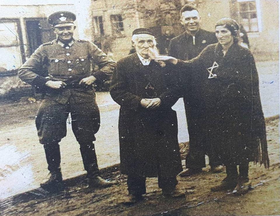 Jeden z najbogatszych osięcińskich Żydów, członek rady kahału, Baruch Hoffer, z pionowo odciętą połową siwej brody, którą trzyma żona