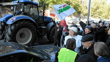 Przed szczecińską siedzibą ANR i budynkiem prokuratury okręgowej demonstrowali wczoraj 'w obronie polskiej ziemi' rolnicy