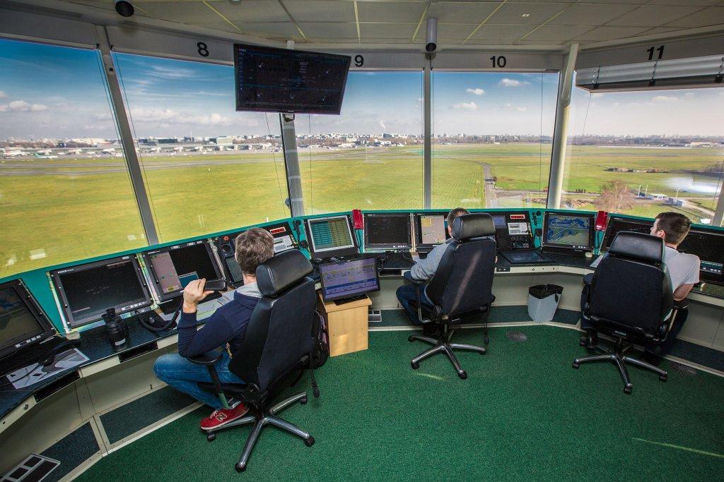 Wieża kontroli lotniska (fot. Tomek Perczyński / Polska Agencja Żeglugi Powietrznej)