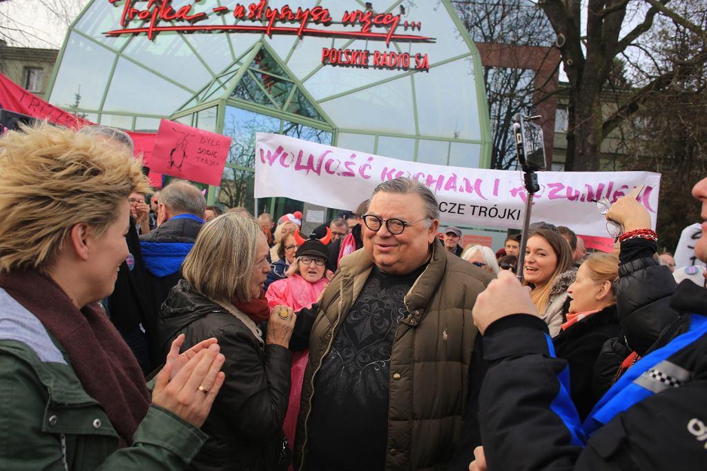 Wojciech Mann podczas pikiety przeciwko zmianom w radiu pod siedzibą radiowej Trójki, 2016 r. (fot. Jacek Marczewski / AG)
