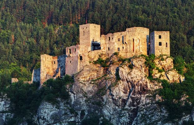 Słowackie zamki - Zamek Streczno / shutterstock