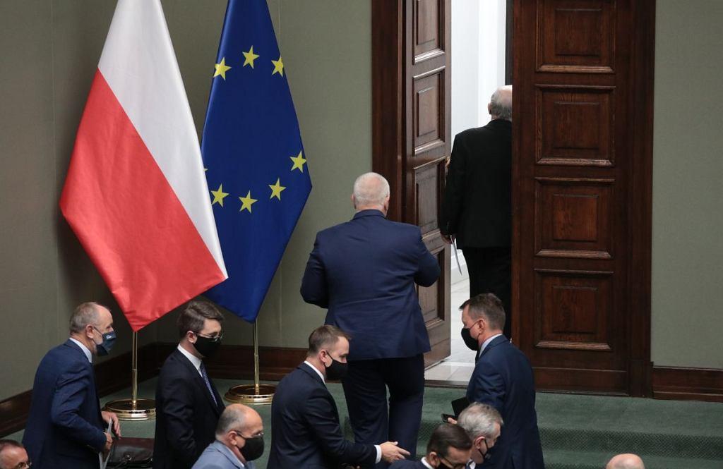 Przed rozpoczęciem dyskusji w sprawie 'lex TVN' salę opuścił wicepremier Jarosław Kaczyński, a za nim wszyscy obecnie w ławach sejmowych członkowie rządu Mateusza Morawieckiego.