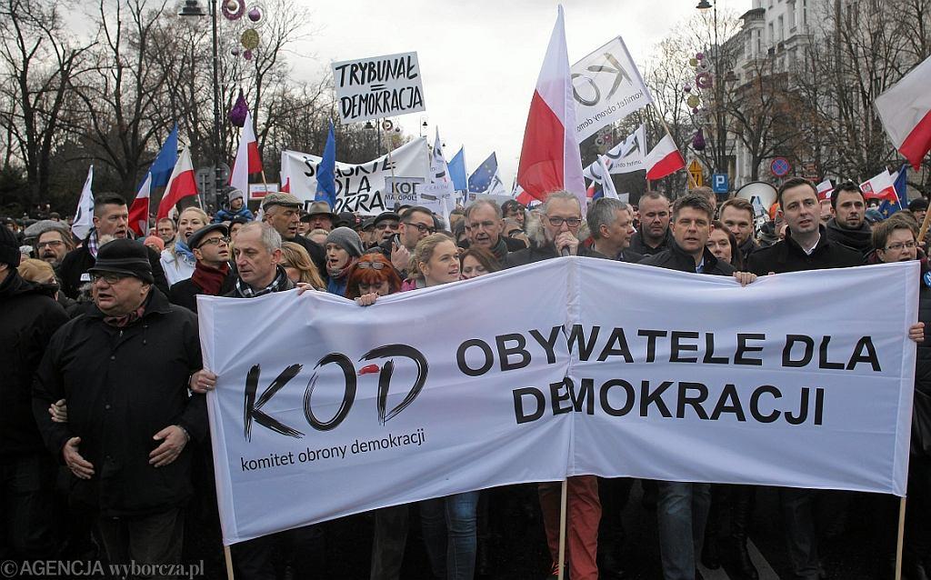 Marsz KOD-u w Warszawie,  Od prawej: W. Kosiniak Kamysz, M. Kidawa-Błońska, R. Petru, T. Siemioniak, M. Kijowski, B. Nowacka, R. Giertych, S. Neumann i R. Kalisz (fot. Przemek Wierzchowski/AG)