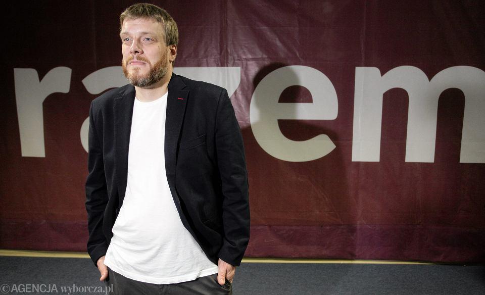 Adrian Zandberg podczas konferencji partii