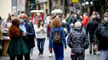 Pandemia koronawirusa. We Włoszech przybywa 10-12 tys. zakażonych dziennie. na zdjęciu:  przechodnie w Neapolu, 17 października 2020