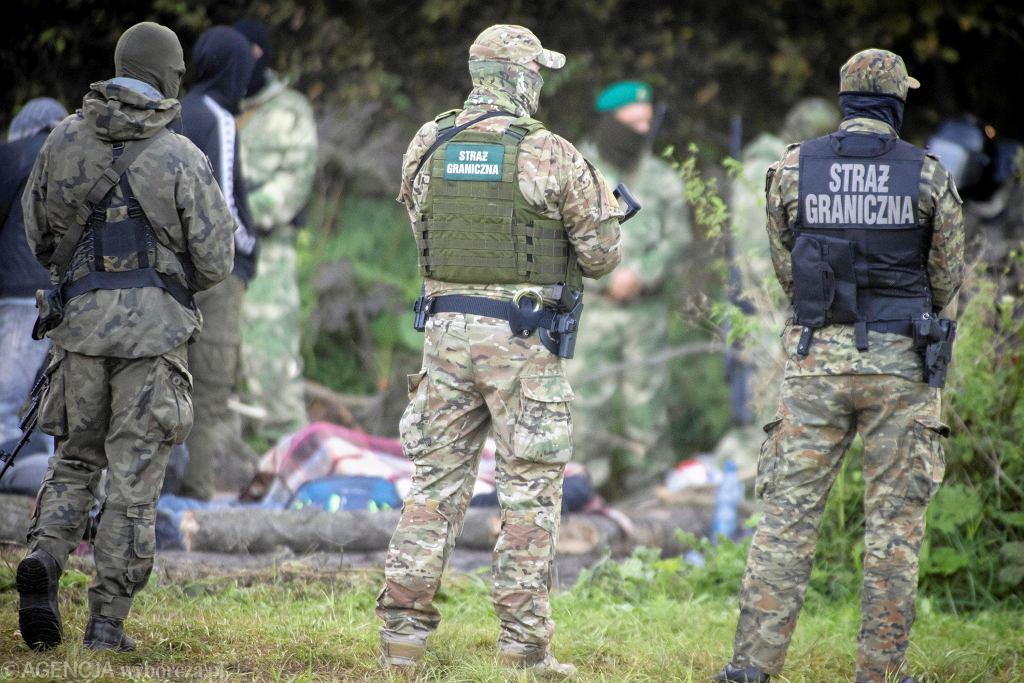 Straż graniczna pilnująca migrantów na granicy polsko - białoruskiej w Usnarzu Górnym