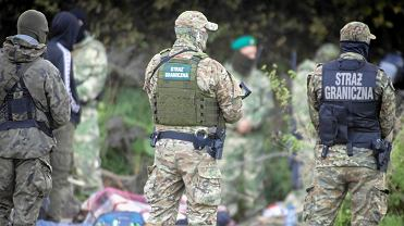 Guardias fronterizos que protegen a los migrantes en la frontera entre Polonia y Bielorrusia en Usnorskorny