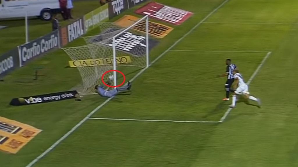 Skandal w lidze brazylijskiej! Sędzia nie zauważył, że bramkarz wybił piłkę z bramki [WIDEO]