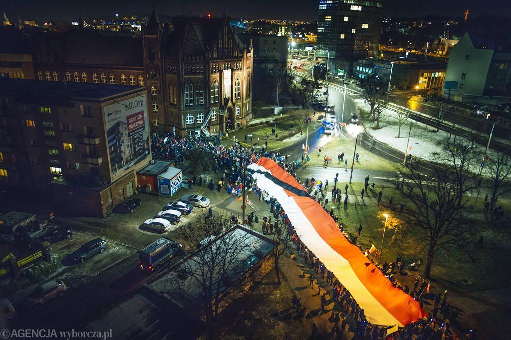 Trumna z ciałem tragicznie zmarłego prezydenta Pawła Adamowicza - kondukt żałobny przejdzie ulicami miasta do bazyliki Mariackiej. Gdańsk, 18 stycznia 2019