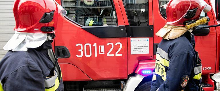 Pożar bloku na Jelonkach. Jedna osoba nie żyje, druga wyskoczyła oknem