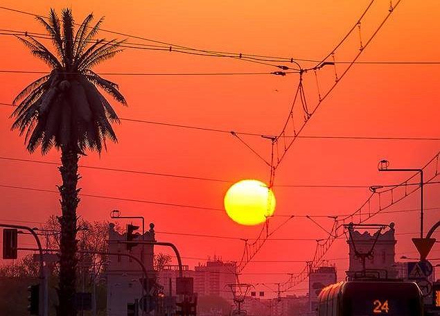 Zdjęcie wschodu słońca nad Warszawą zrobiło furorę wśród ludzi na całym świecie