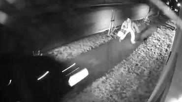 Pieszy o krok od potrącenia, w ostatniej chwili odskoczył przed rozpędzonym samochodem