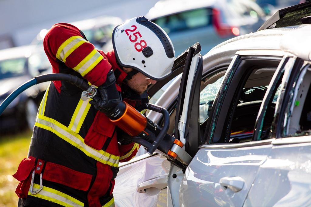 Crash test Volvo - zrzucili nowe modele z 30 metrów, akcja ratunkowa