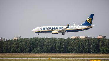 Boeing w barwach linii Ryanair podchodzi do lądowania w Bydgoszczy, 4 lipca 2013