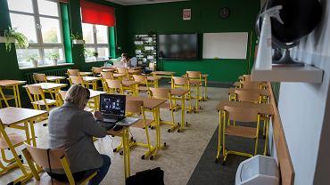 Nauka zdalna w szkołach podczas pandemii (zdjęcie ilustracyjne)
