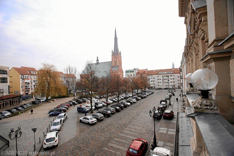 Obecnie pl. Orła Białego jest jednym wielkim parkingiem