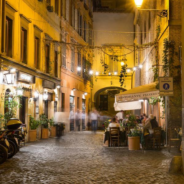 Jedna z uliczek dzielnicy Zatybrze w Rzymie