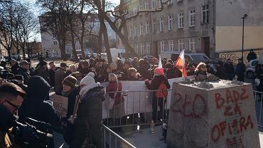 Na skwerze przy kościele św. Brygidy trwa protest przeciwników postawienia pomnika i jego obrońców