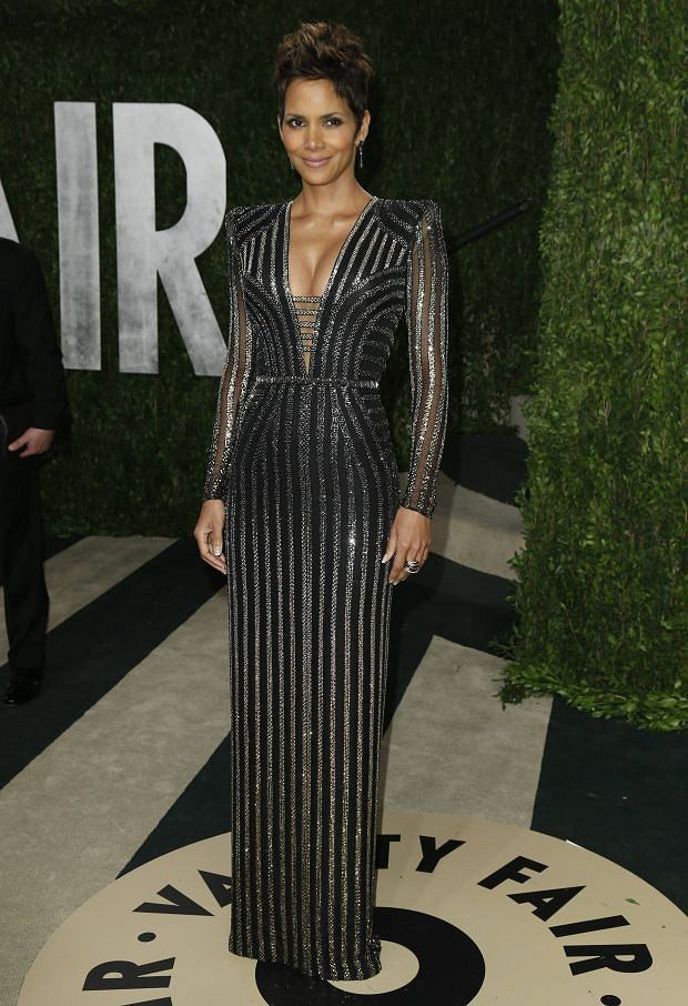 Halle Berry attends  the 2013 Vanity Fair Oscars Party in West Hollywood, California February 24, 2013.  REUTERS/Danny Moloshok  (UNITED STATES TAGS:ENTERTAINMENT) (OSCARS-PARTIES)