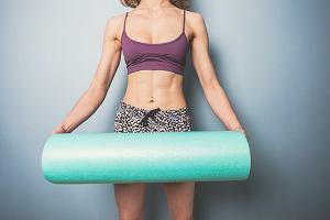 Rolowanie mięśni - jak wybrać wałek do rolowania? Po co i jak rolować mięśnie pleców i nóg?