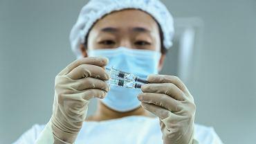 """Szczepionka na COVID-19. Chiny zatwierdziły preparat zakładów Sinopharm. """"Korzyści przewyższają ryzyko"""""""