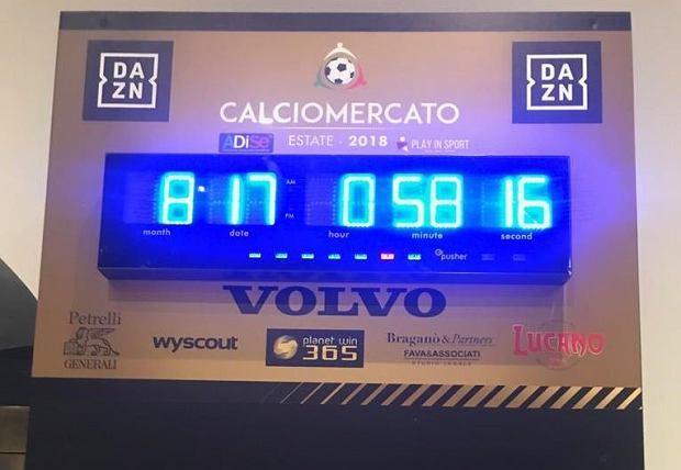Zegar w mediolańskim hotelu. w którym przebiegają niemal wszystkie negocjacje transferowe