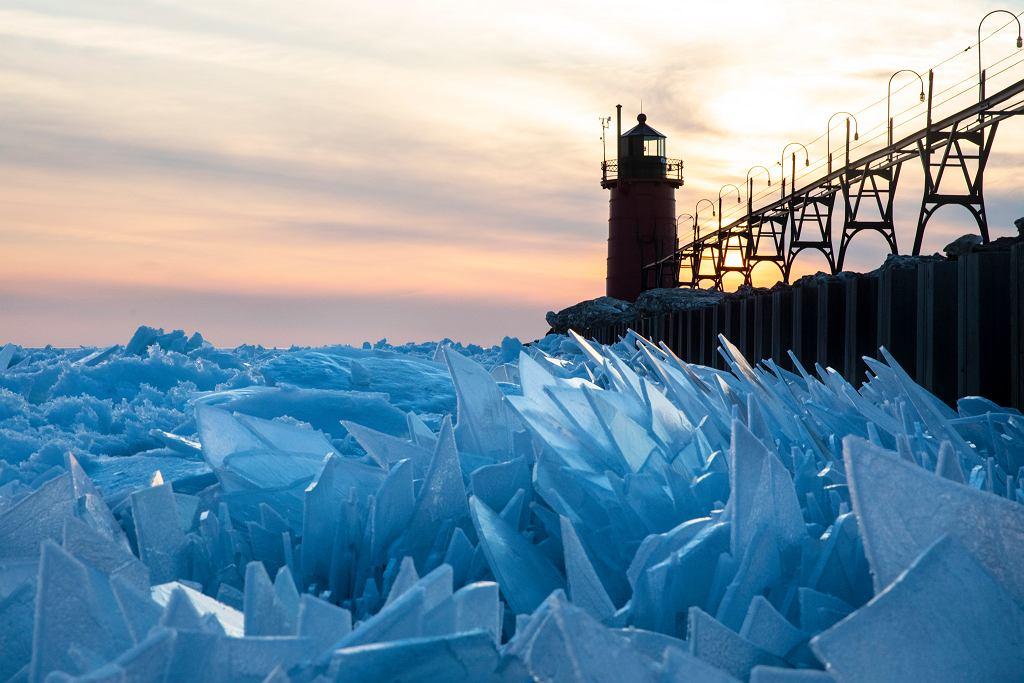 Jezioro Michigan wygląda, jakby fale zamarzły w ruchu