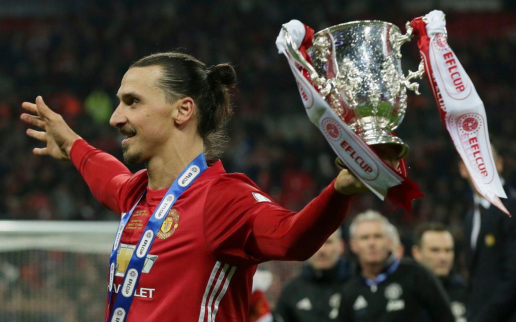 Zlatan Ibrahimovic z Manchesteru United ze zdobytym właśnie Pucharem Ligi