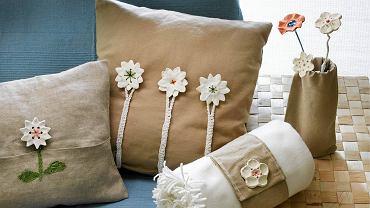 <B>Na długie zimowe wieczory warto znaleźć dzieciom jakieś ciekawe zajęcie. Proponujemy wspólne lepienie drobiazgów z masy plastycznej. Można zrobić np. guziki do poduszek. Dobra zabawa gwarantowana.</B> <p>&nbsp;</p> <BR />Guziczki-kwiatki najłatwiej zrobić z masy plastycznej przeznaczonej do utwardzania w kuchence mikrofalowej (ma konsystencję piankową, łatwo ją więc formować). Nadaje się też do tego masa do utwardzania w piekarniku. Chociaż jest mniej plastyczna, ma inną zaletę - bardzo dużą wytrzymałość po wysuszeniu. Oba rodzaje masy kupuje się w sklepach papierniczych.