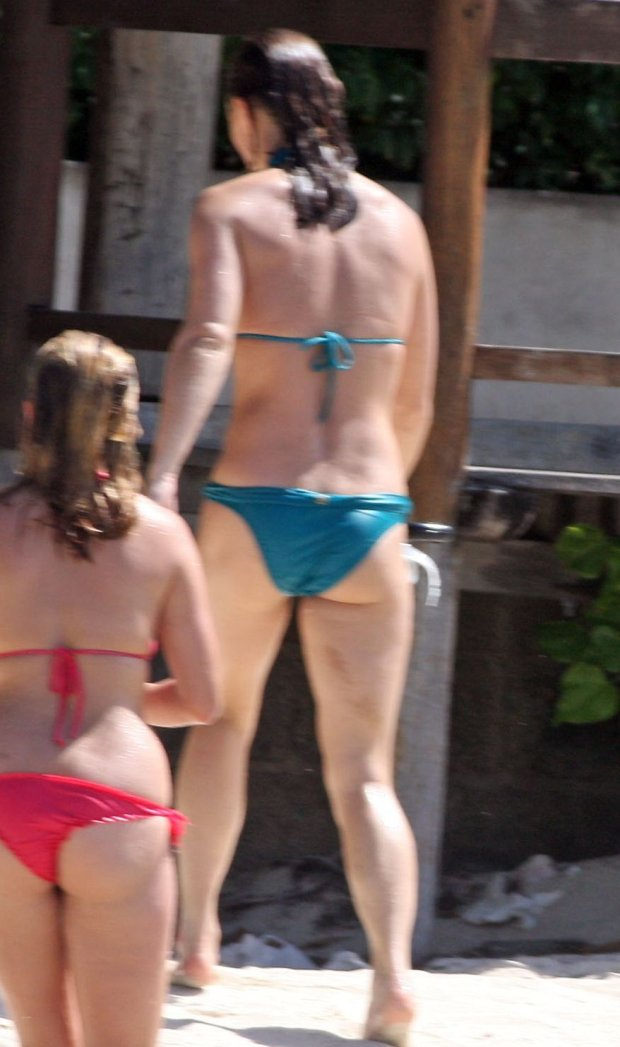 132043, PREMIUM EXCLUSIVE: Pippa Middleton shows off her bikini body while at the beach during the Middletons family holiday in Mustique. Pippa was joined by brother James, dad Michael, Prince William and two family friends  as they all went for a swim and a snorkle in the ocean. The MIddletons are away celebrating mum Caroles 60th birthday and have been joined by The Duke and Dutchess of Cambridge, Kate Middleton and their son George. Kate and George must have stayed behind at the families hotel with mum Carole and they were not seen on the beach hangout with the other family members. Sunday February 1st, 2015. Photograph: ? PacificCoastNews. Los Angeles Office: +1 310.822.0419 sales@pacificcoastnews.com FEE MUST BE AGREED PRIOR TO USAGE