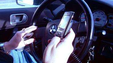 Znaki drogowe sprawdzą, czy używasz telefonu za kółkiem