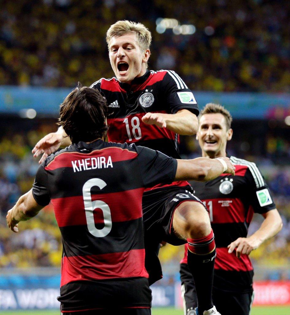Toni Kroos (18) cieszy się z gola razem z Sami Khedirą (6) i Miroslavem Klose